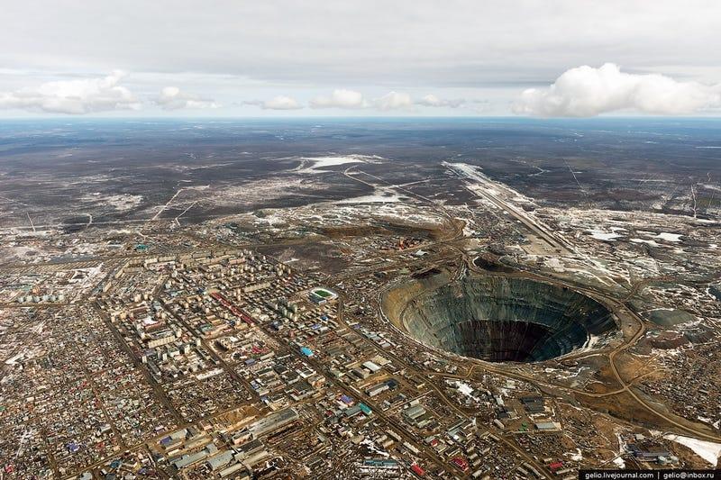 Illustration for article titled La entrada más parecida al infierno es esta mina de Rusia