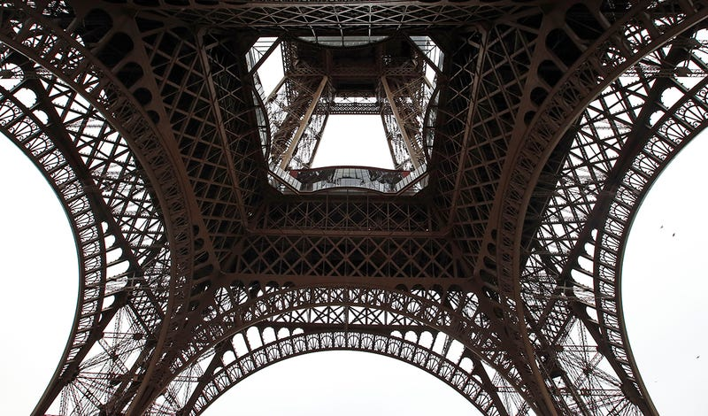 Illustration for article titled La Torre Eiffel luce suelo de cristal tras una millonaria remodelación