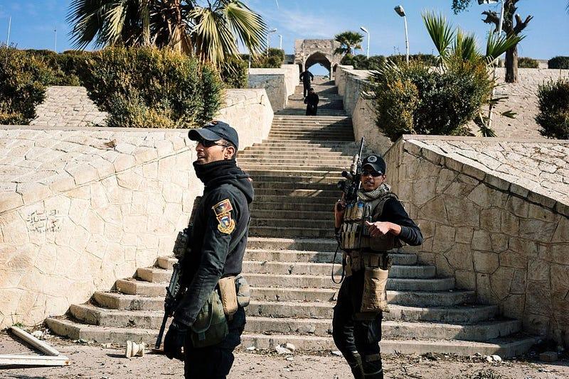 Miembros de las fuerzas especiales iraquíes del Servicio de Lucha contra el Terrorismo  de guardia frente a Nabi Yunus. Getty