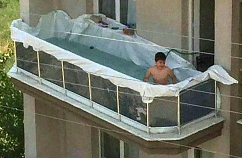 Las impagables reacciones a la foto viral de un niño bañándose en una piscina improvisada en el balcón