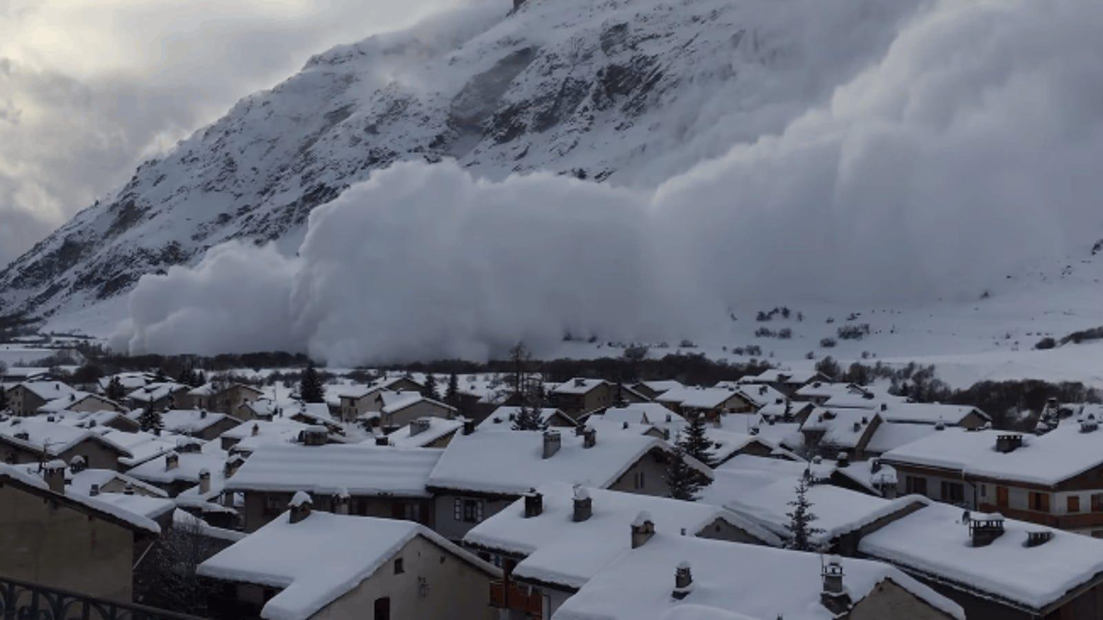 El impresionante momento en el que una avalancha devora un pequeño pueblo francés