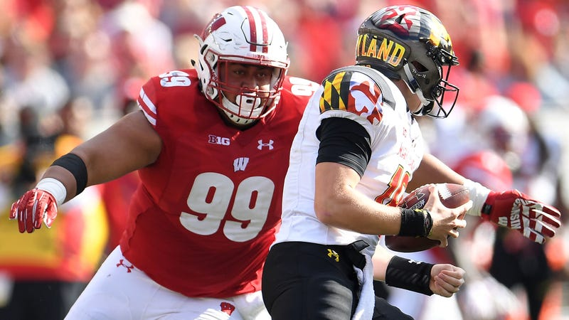 Illustration for article titled Wisconsin's Nose Tackle Is Doing Backflips In The Sand Like It's Nothing