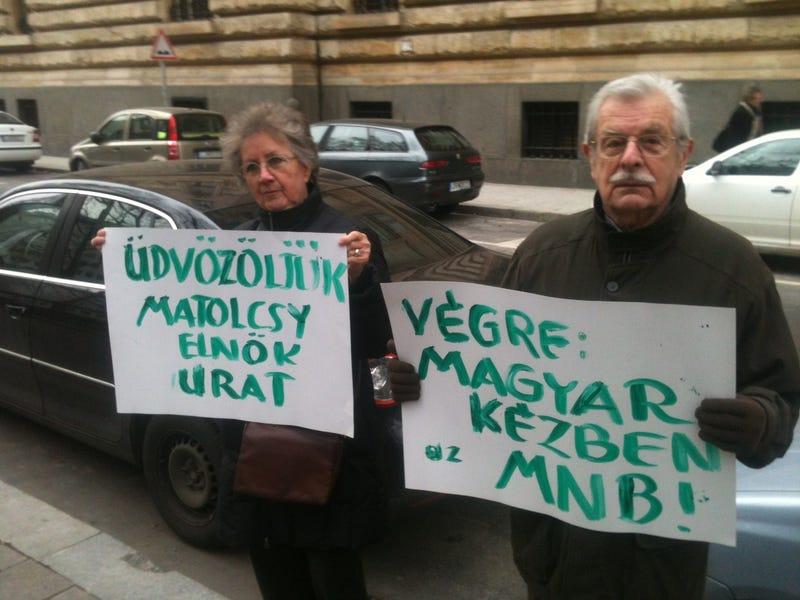 Illustration for article titled Két ember utcára is vonult Matolcsy mellett