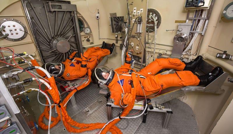 Illustration for article titled Así prueban los nuevos trajes de los astronautas para la cápsula Orion