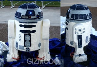 Illustration for article titled R2-D2 Cake Brings Balance to the Force, Dorkiness to Wedding