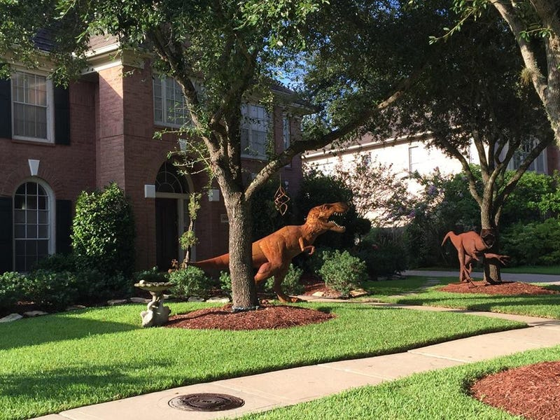 Illustration for article titled Dinosaur Lawn Sculptures Puts Texas Neighborhood In An Uproar