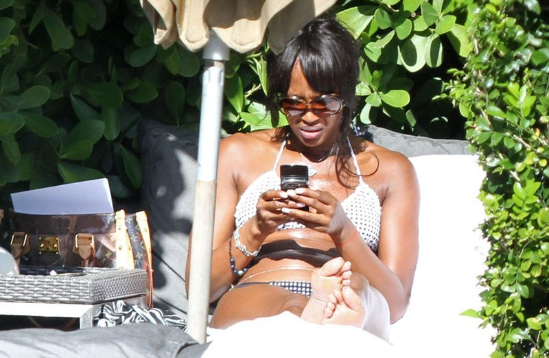 Illustration for article titled Naomi Campbell Learns To Use Her Phone In A New Way
