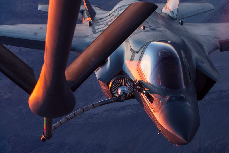 Illustration for article titled These Shots Of An F-35 Refueling At Dusk Over Edwards AFB Are Stunning
