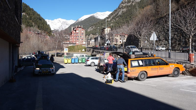 Andorra (Erts), hotel parking lot. Carbagerunners packing their chariots for the ride back home. 12:13