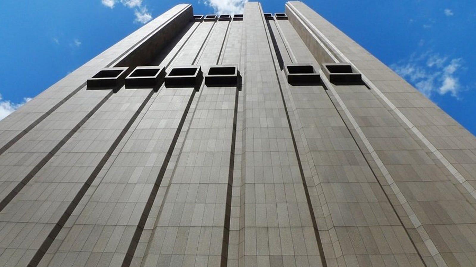 Hay un misterioso rascacielos de 29 pisos en Manhattan que no tiene ventanas, y está diseñado para resistir a una bomba nuclear