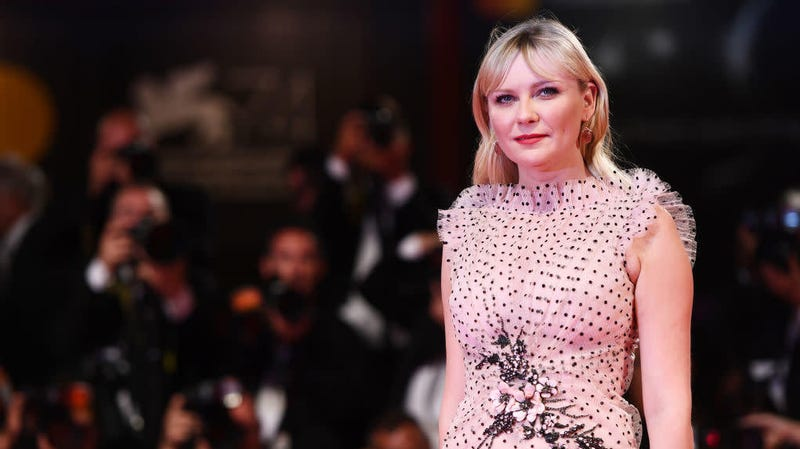 Illustration for article titled Asking Kirsten Dunst About Kissing Brad Pitt When She Was 11 Years Old Is Still 'Gross'