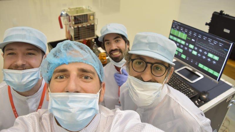 El equipo de Satellogic prepara el lanzamiento del Milanesat. Imagen: Satellogic
