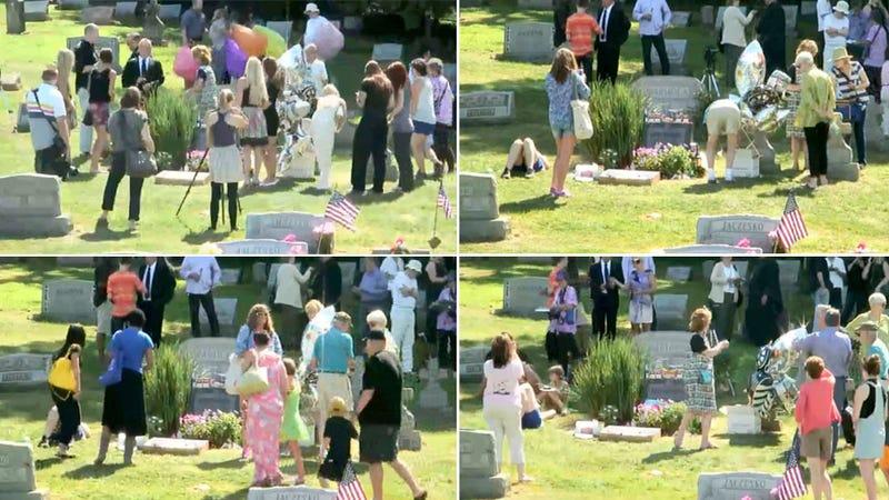 Una webcam vigila la tumba de Warhol para celebrar su cumpleaños
