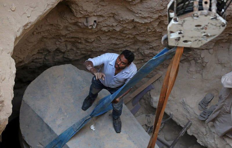 Momento en el que retiraron la tapa del sarcófago.