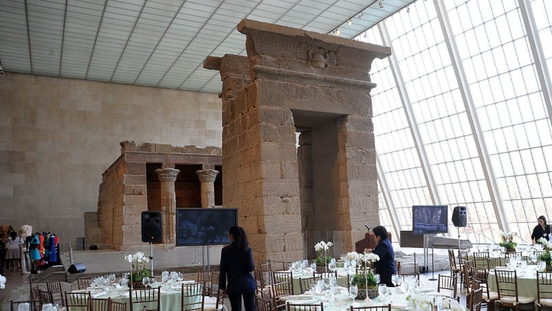 Illustration for article titled Pantsless Madonna Climbed Up The Temple of Dendur to See Kanye