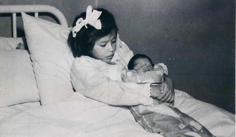 Illustration for article titled En esta foto hay una niña de cinco años y un bebé, una es la madre y el otro el hijo