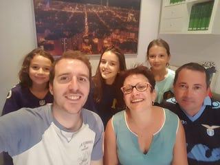 Miguel García Casado con la familia a la que acogió. El retrato grupal se ha convertido en en símbolo de solidaridad. Fuente: Cuenta en Twitter.