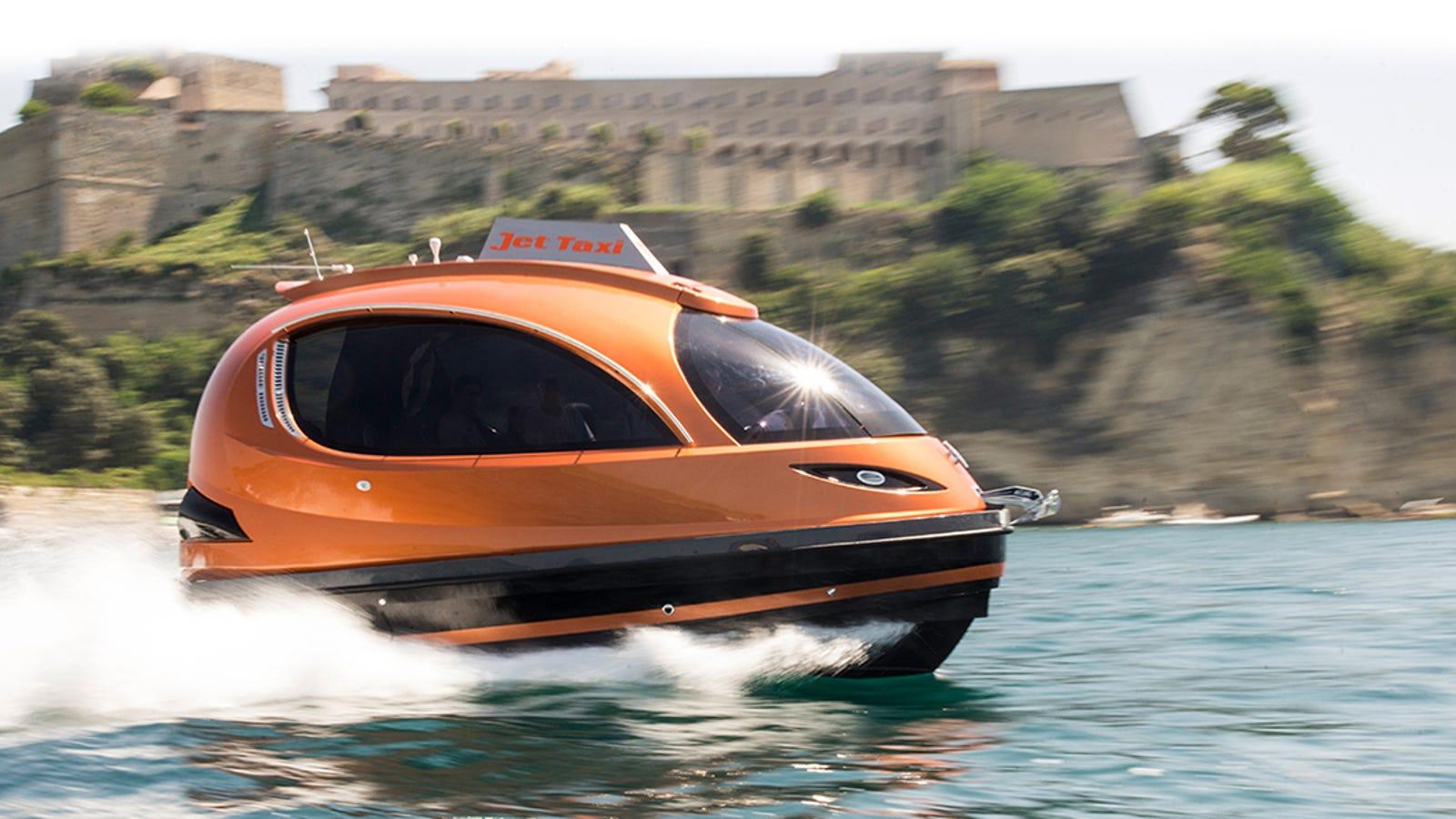 Este potente taxi acuático transporta hasta 12 personas a 60km/h