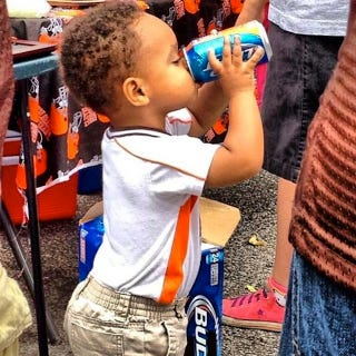 Illustration for article titled A Cleveland Browns Tailgate Featured A Beer-Drinkin' Toddler