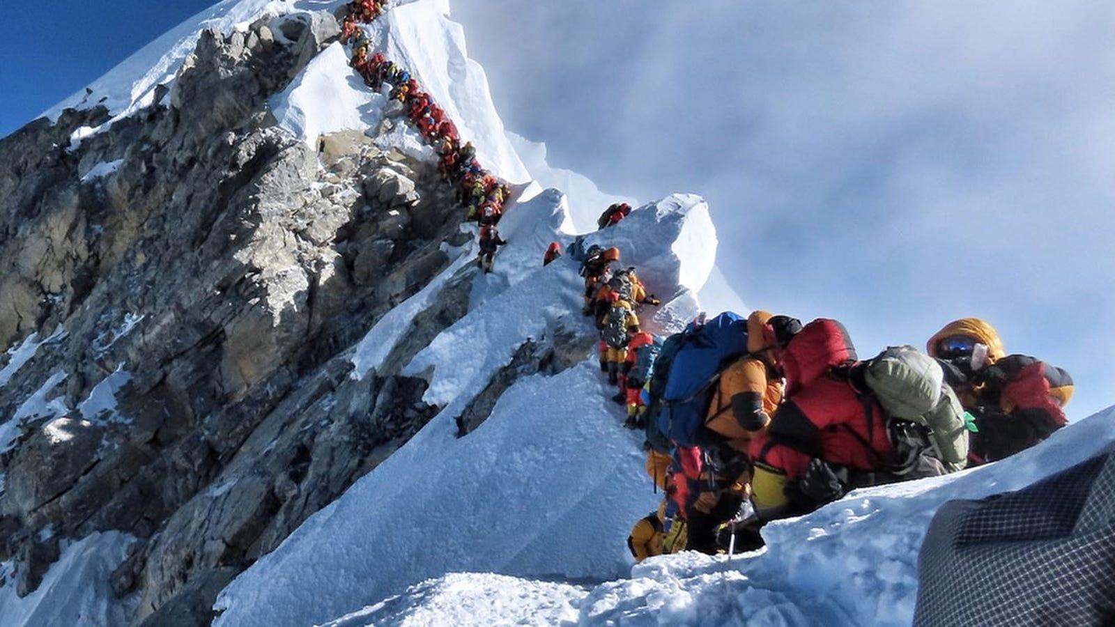 Hay tantos escaladores haciendo cola en el Everest que ya van siete muertos en una semana