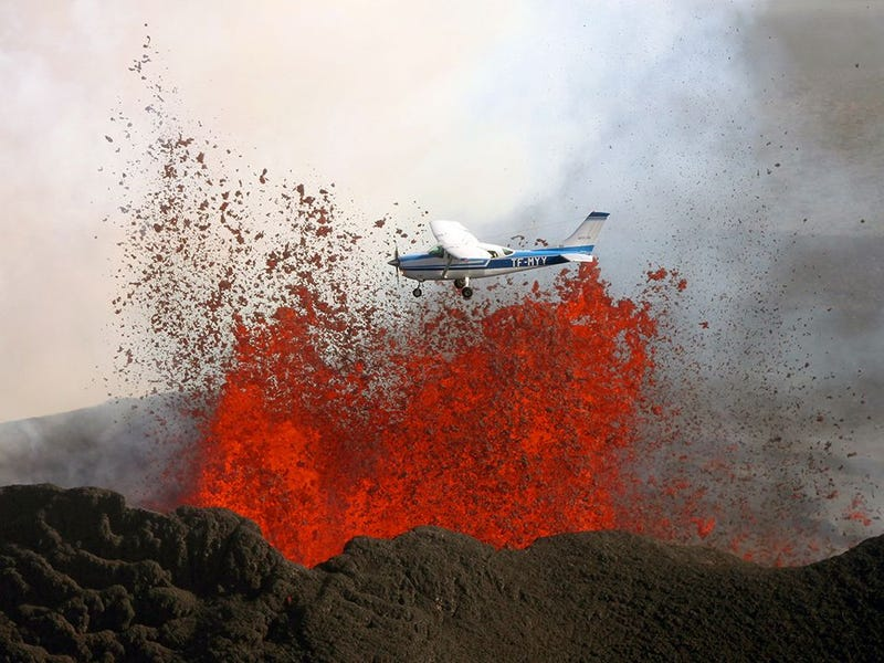 Illustration for article titled Spectacular photo of airplane flying by volcano's molten lava eruption