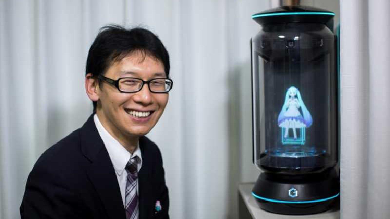 Un japonés de 35 años se casa con el holograma de una estrella pop virtual de 16 años