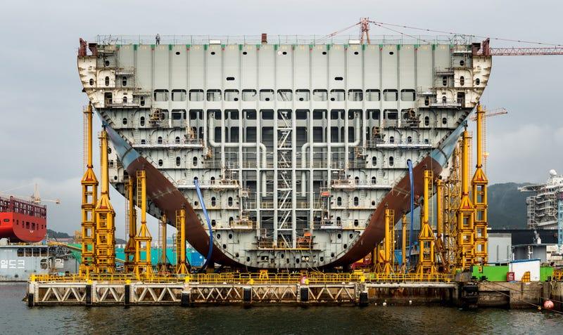 Illustration for article titled Cómo se construye el barco de carga más grande del mundo