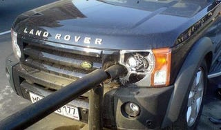 Illustration for article titled Russian Driver Thinks He's Tony Hawk, Impales Land Rover On Pole