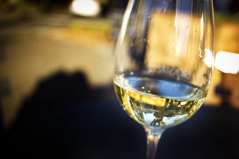 Logran recrear vinos de miles de dólares la botella mezclando solo agua, etanol y aromas