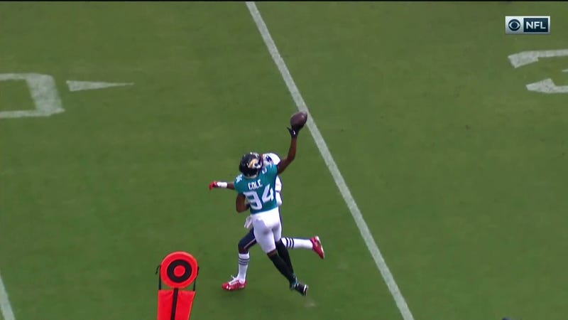 Illustration for article titled Jaguars WR Keelan Cole Snags An Absurd One-Handed Catch Against The Patriots