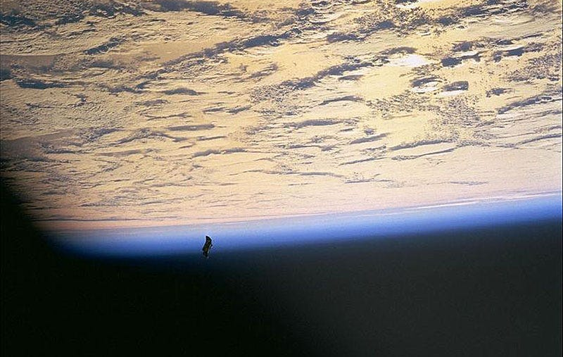El supuesto satélite extraterrestre Black Knight. Foto: NASA