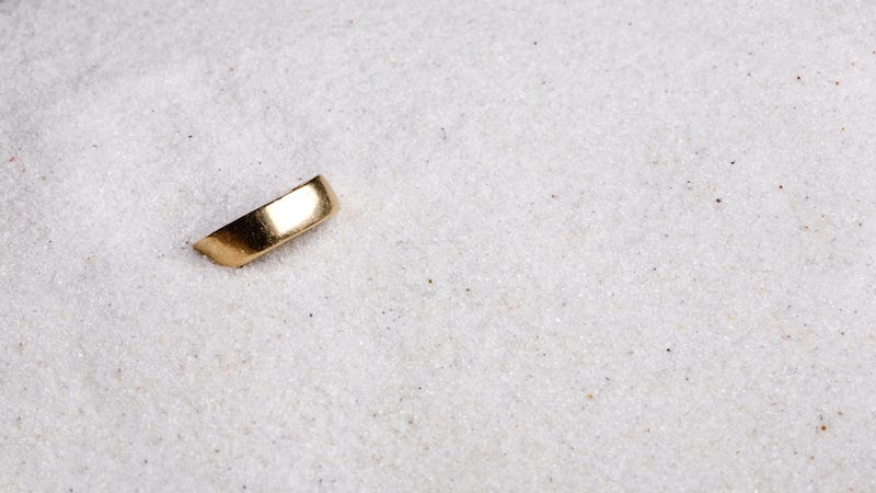 Illustration for article titled A Christmas Miracle: Man Loses Wedding Ring in Ocean, Finds It Later