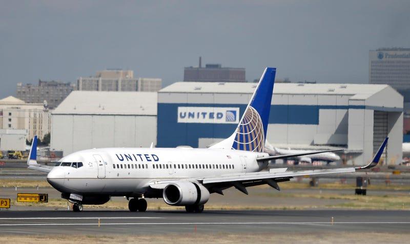 Se disculpa United Airlines con pasajero expulsado de avión