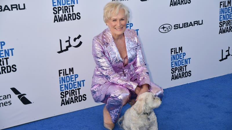 Illustration for article titled Cancel the Oscars, Glenn Close just brought her dog up to accept her Film Independent Spirit Award
