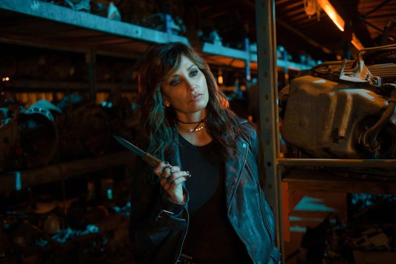 Illustration for article titled A knife-brandishing Gina Gershon livens up Riverdale's midseason finale