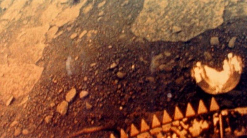 Primera imagen a color de la superficie de Venus, tomada en 1981 por la sonda soviética Venera 13 antes de derretirse
