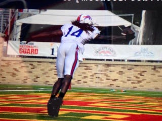 Illustration for article titled Bills WR Sammy Watkins Trips, Recovers, Makes Terrific One-Handed Catch