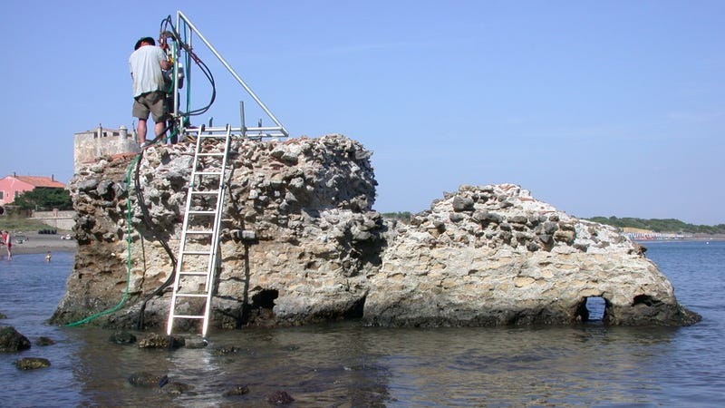 Geologists drilling at a marine structure in Portus Cosanus, Tuscany. (Image: University of Utah)