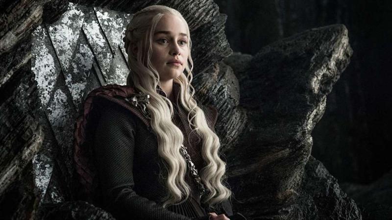 Daenerys, sentada en el trono. Imagen: HBO