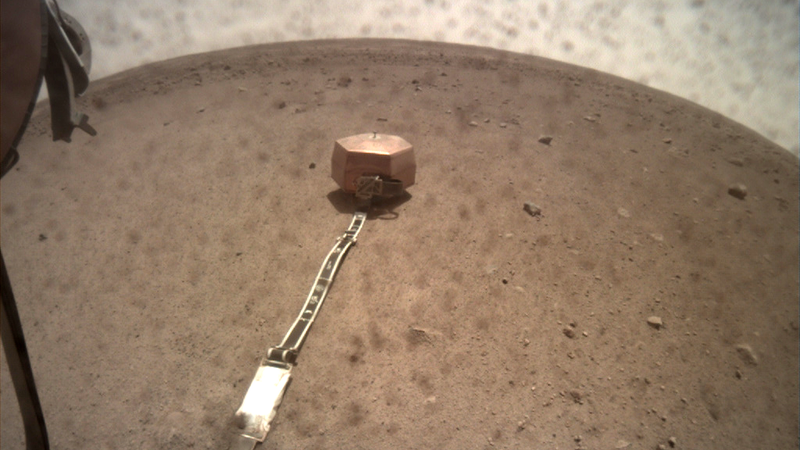 The SEIS instrument resting on the Martian instrument.