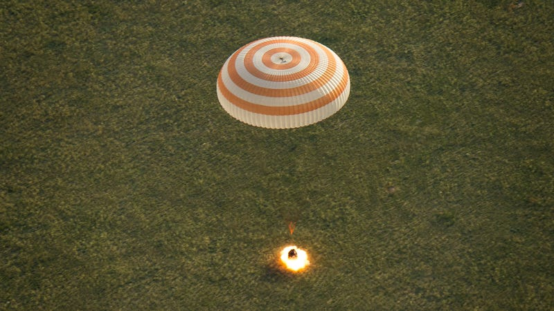 Illustration for article titled A Soyuz Capsule Returns to Earth—With a Flash