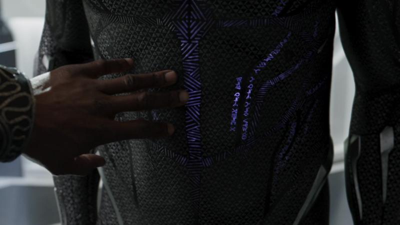 La frase en el traje de T'Challa en Black Panther.