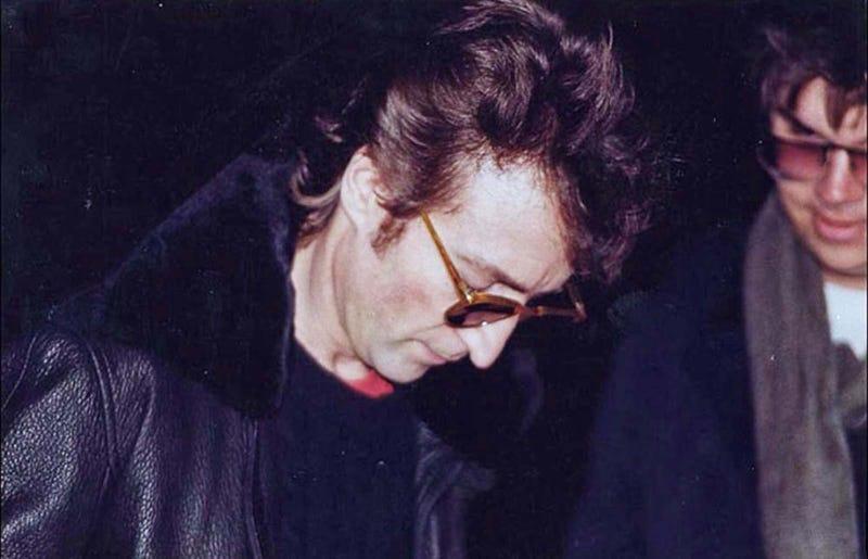 Illustration for article titled Esta es la última foto de John Lennon horas antes de su muerte. Le firma un autógrafo a su asesino