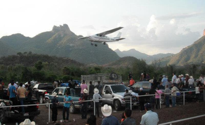 Una avioneta aterrizando junto a la pista de aterrizaje en Chínipas (2014). Foto: Twitter