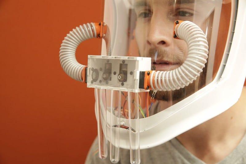 Illustration for article titled Experimenta la sinestesia: esta máscara hace posible oler los colores