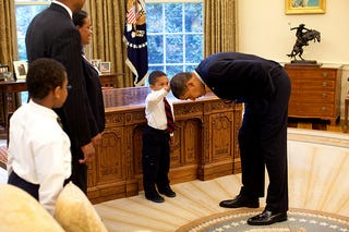 Illustration for article titled Photo of the Day—Tiny Tot Inspects Presidential 'Do