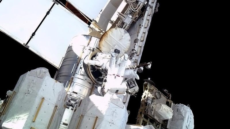 Illustration for article titled The Photos From Today's Emergency Spacewalk Are Totally Awe-Inspiring