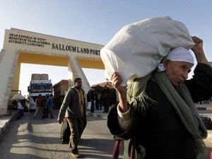 Egyptians returning from Libya cross the border. (NPR)
