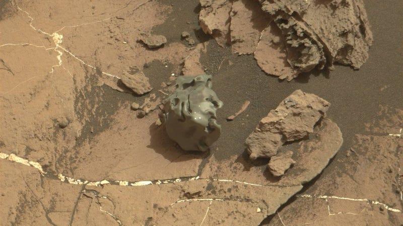 Los puntos blancos son marcas del láser de Curiosity. Imagen: NASA/JPL-Caltech/LANL/ASU