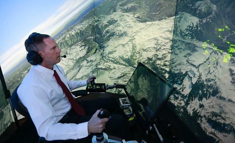 Foto: Gene Lee en los controles del simulador de vuelo. Crédito: Lisa Ventre / Universidad de Cincinnati.